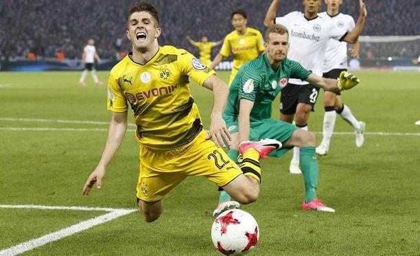 Dortmundin Christian Pulisic käyttää tilanteen hyväkseen ja hankkii rangaistuspotkun.