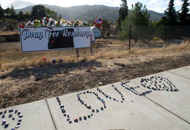 Oregonissa sijaitsevassa Umpqua Community Collegen ulkopuolella muistettiin joukkosurman uhreja.