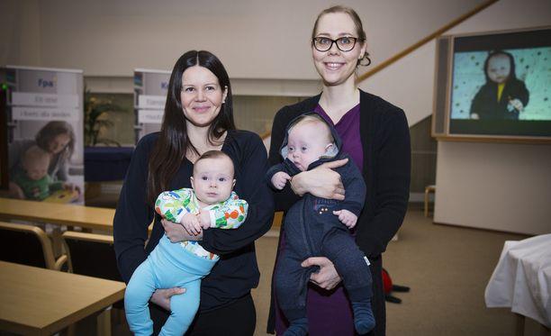 Maarit Sarinin (vasemmalla) Luca ja Maija Rauman Eetu -pojat toimivat virallisten äitiyspakkauskuvien malleina.