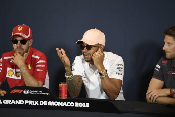 Sebastian Vettel ja Lewis Hamilton joutuivat kovan sopimushiillostuksen kohteiksi. Kaksikko istui lehdistötilaisuudessa aurinkolasit silmillä kirkkaiden valojen takia.