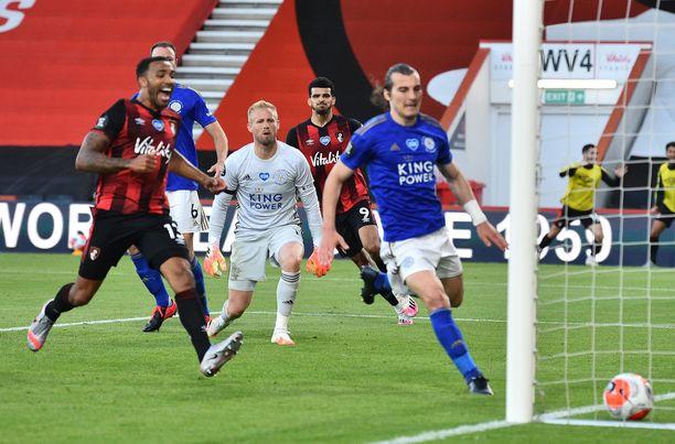 Dominic Solanke takana maalasi kahdesti Leicesteria vastaan.
