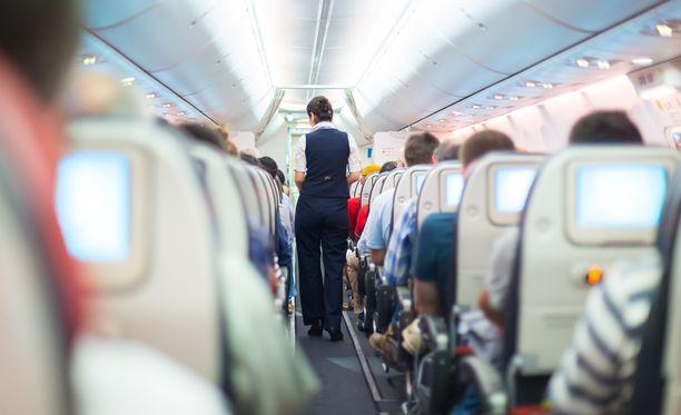 Mies käyttäytyi tökerösti lentokoneessa.