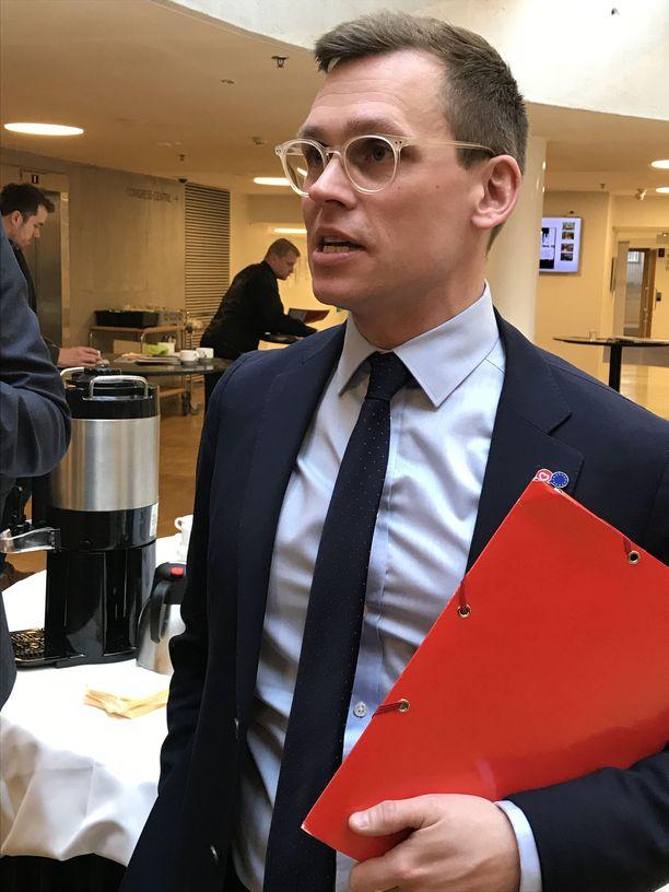 SDP:n puoluesihteeri Anton Rönnholm kertoo SDP:n kannattavan sosiaalisen Euroopan minimisääntöjen luomista, jotta kaikkien EU:n jäsenmaiden standardit nousisivat ja reilu kilpailu lisääntyisi.