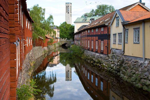 Västeråsin vanhankaupungin taloja. Taustalla kaupungintalon torni.