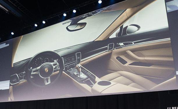 Toista ääripäätä edustaa edellisen sukupolven Porsche Panameran ohjaamo, jossa painikkeita on 106 kappaletta.