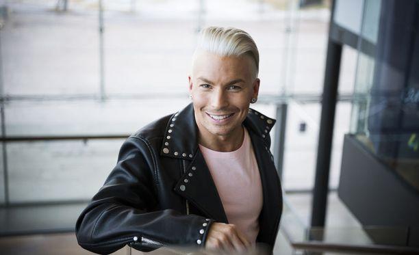 Antti Tuisku kirjoitti ylioppilaaksi vuonna 2004. Nykyisin hän on Suomen menestyneimpiä pop-tähtiä.