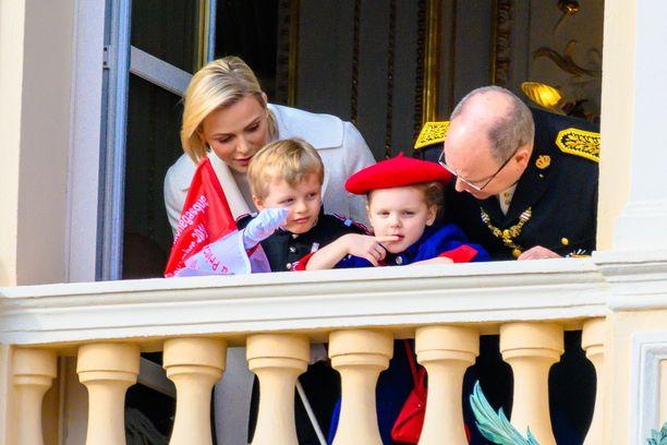 Prinssi Jacques ja prinsessa Gabrielle osaavat jo oikeaoppiset parvekevilkutukset.
