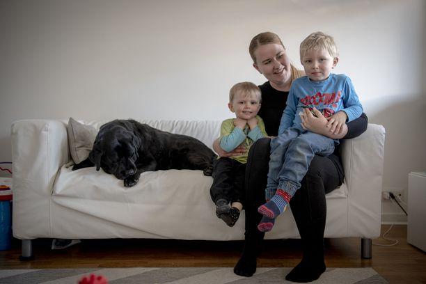 Susanna Vilkamaa sekä pojat Patrik (vas.) ja Stefan sekä perheen koira Siru.