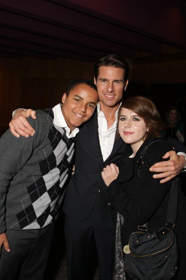 Tom Cruise, Connor ja Isabella ovat tiivis kolmikko, jotka ovat syvällä skientologiakirkon opeissa.
