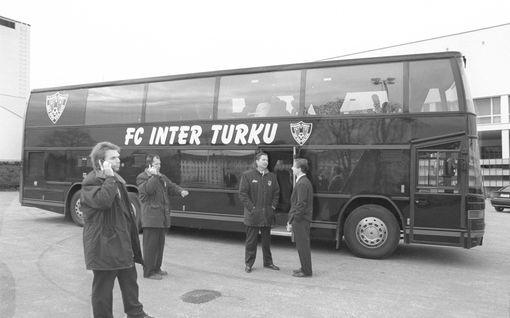 """Legendaarisen Aerosmithin keikkabussi syttyi tuleen Paimion motarilla – FC Inter teki menopelistä tavaramerkkinsä: """"Hommattiin puvut ja helkutin iso bussi"""""""