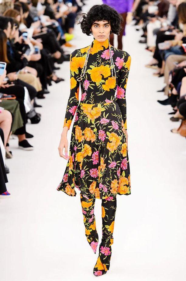 Yksityiskohdat kruunaavat Balenciagan kokonaisuuden: kukkakuosi jatkuu aina kenkiin asti.