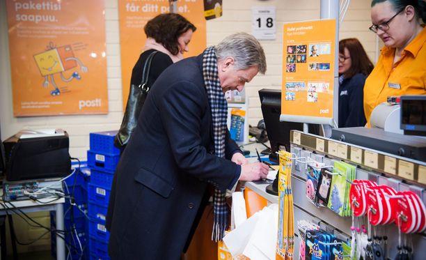 Presidentti Sauli Niinistö ja rouva Jenni Haukio kävivät äänestämässä Munkkivuoren ostoskeskuksen postissa.