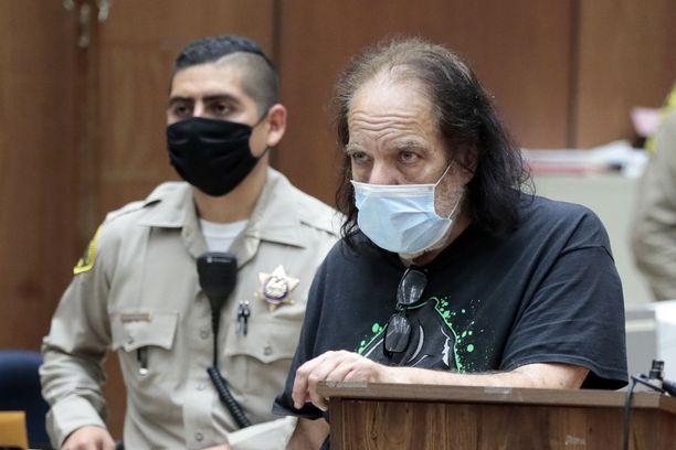 Ron Jeremy kuvattuna syytteiden luvussa tiistaina.