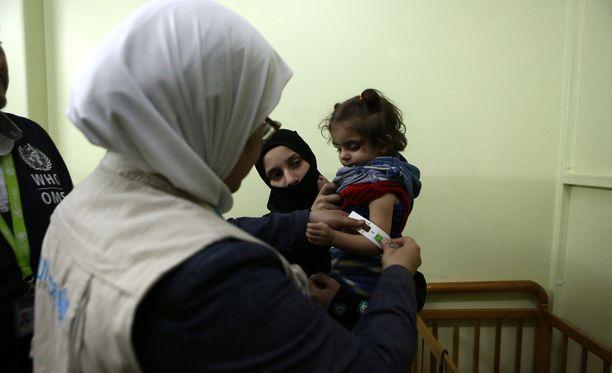 Unicefin henkilökunta hoiti aliravittua tyttöä sairaalassa kapinallisten hallitsemassa itäisessä al-Ghoutassa Syyriassa viime viikolla.