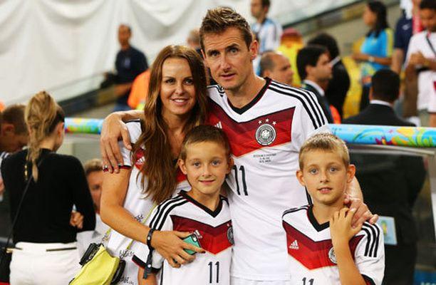 Sylwia Klose onnitteli Miroslav-miestään yhdessä parin poikien kanssa.