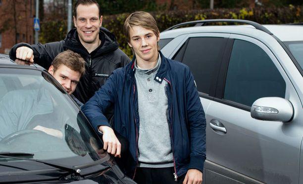 Aleksander Barkov (vas.), Ville Nieminen ja Henrik Haapala poseerasivat yhdessä syksyllä 2012.