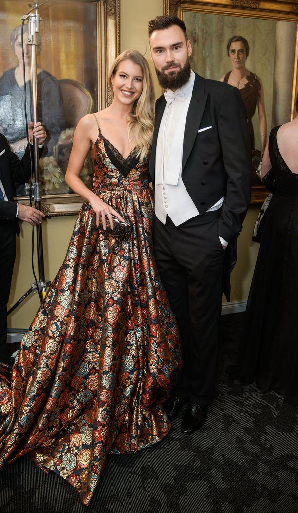 Tim Sparv ja puoliso Jitka Novackova poseerasivat yhdessä Linnan juhlissa.
