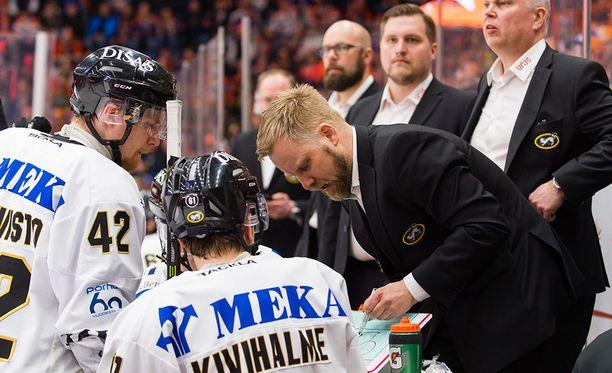 Kärppien päävalmentaja Mikko Manner ei laittanut tappiota tuomarien piikkiin.