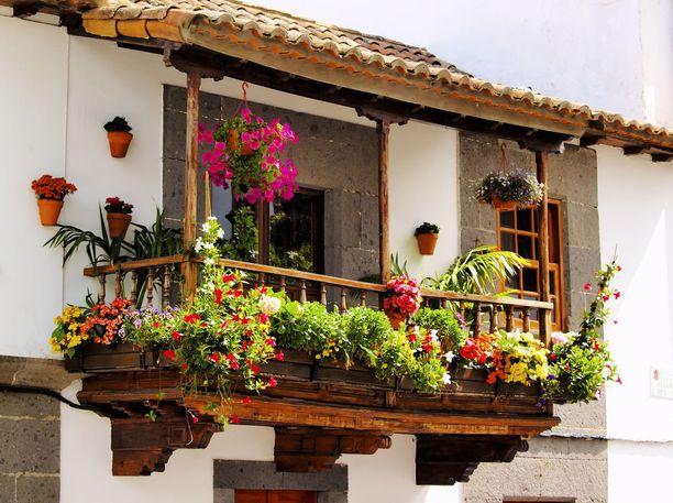 Puiset parvekkeet ovat tyypillinen piirre Terorin vanhoille taloille. Usein ne on myös koristeltu rehevillä kukkaistutuksilla.
