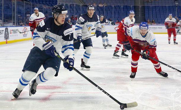 Puolustaja Olli Juolevi avasi maalitilinsä Suomen 2-1-johto-osumalla.