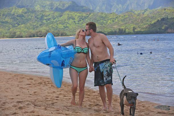 Heidi ja Spencer suukottelivat valokuvaajille Havaijilla.
