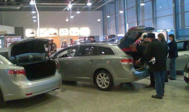 SUOSIKKI Ison keskiluokan suosikki uusi Toyota Avensis sai väen liikkeelle