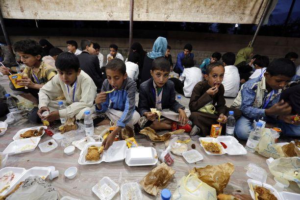 Orvoksi jääneet jemeniläislapset söivät ateriaa Sanaassa sunnuntaina.