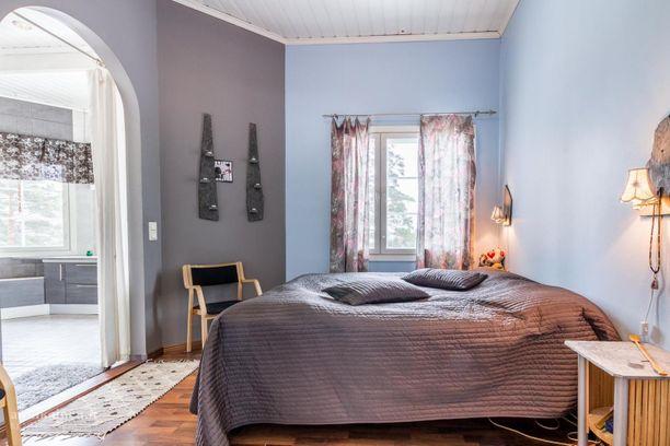 Tyylikkäissä makuuhuoneissa on laminaattilattiat.