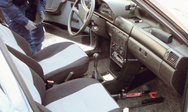KOLME PÄIVÄÄ Tämä auto oli anastettu Helsingin Reimarlasta. Se löytyi kolme päivää myöhemmin hylättynä huoltoaseman pihalta.