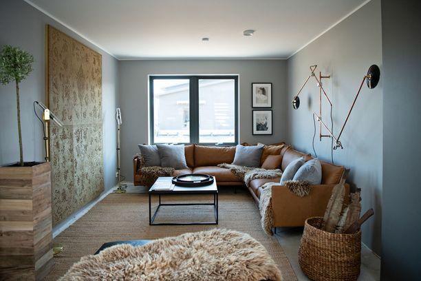 Yöntilä sai suunnitella sisustuksen vapaasti, sillä kyseessä on myyntiin tuleva kohde. Kuvassa olohuone ja vasemmalla seinällä akustiikkateos.