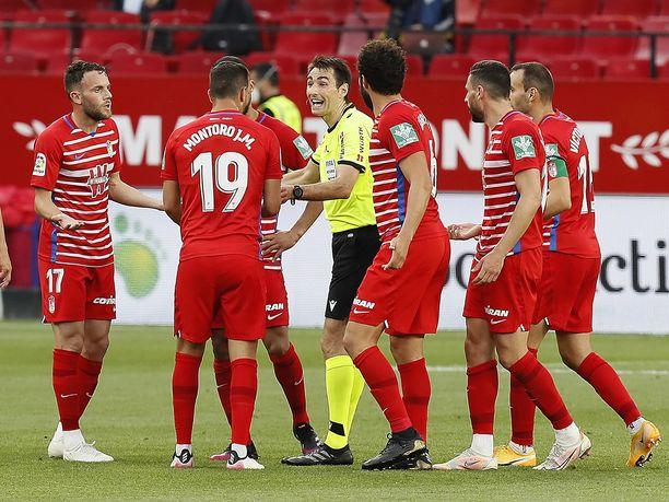 Granada-pelaajat kävivät kuumana, kun Ricardo de Burgos Bengoetxea vihelsi pelin päättyeenksi liian aikaisin.