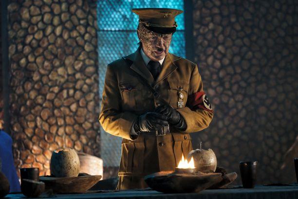 Udo Kier esittä dinosauruksella ratsastavaa Adolf Hitleriä uudessa Iron Sky: The Coming Race-elokuvassa.
