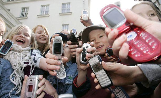 Kaisaniemen ala-asteen oppilaat esittelivät matkapuhelimiaan vuonna 2006. DNA:n kyselyn mukaan nyt, 10 vuotta myöhemmin, jopa 87 prosentilla 8-vuotiaista on puhelin.
