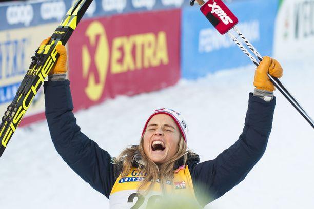 Therese Johaug oli tunnekuohun vallassa Rukan maailmancupin voittonsa jälkeen.
