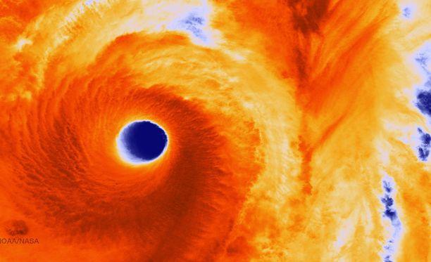 Nasan Suomi-satelliitti kuvasi valtavan Vonfong-taifuunin Japanin eteläpuolella.