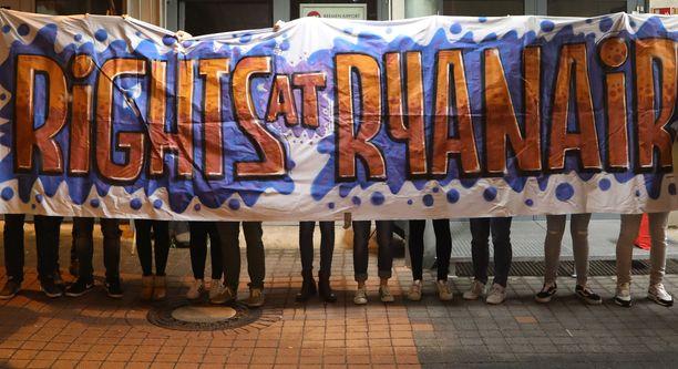 Ryanairin työntekijät vaativat itselleen parempia oikeuksia mielenosoituksessa 12. syyskuuta Bremenin lentokentällä
