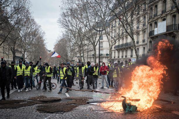Mielenosoitukset lähtivät liikkeelle hallituksen aikeista nostaa polttoaineveroa, joka heikentäisi pieni- ja keskituloisten ostovoimaa sekä rokottaisi erityisesti maaseudulla asuvia. Hallitus on ottanut aikalisän verouudistukseen, mutta mielenosoitukset ovat jatkuneet. Kuva Pariisista lauantailta 8. joulukuuta.