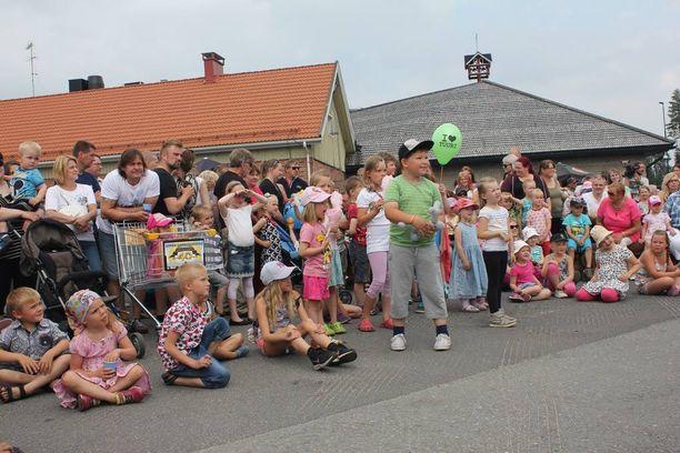 Väki on viihtynyt Suomen suurimmilla yksivuotissyntymäpäivillä.