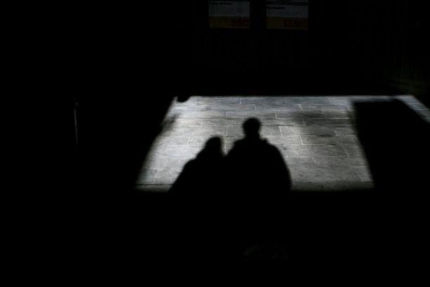 Ihmiskauppaepäilyjen määrä kasvoi Suomessa rajusti viime vuonna. Kuvituskuva.