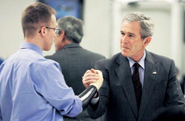 KUKA ON VAHVA MIES? Presidentti George W. Bush osoitti viikonvaihteessa jälleen kerran olevansa hurtti humöörimies haastamalla käsiproteesipotilaan kädenvääntöön amerikkalaisessa sotilassairaalassa.