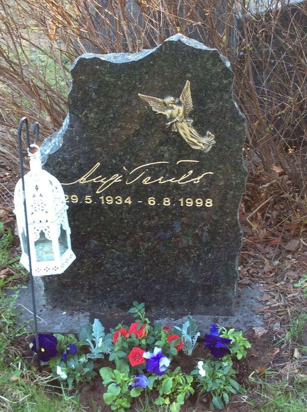 Sari Terälän perhe halusi äitinsä hautakivessä kunnioittaa äitinsä taiteellisuutta.