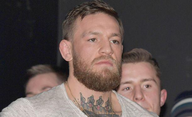 Conor McGregor aiheutti valtavan kaaoksen joukkionsa kanssa Brooklynin areenan uumenissa.