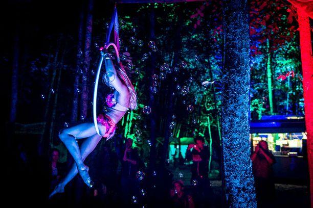 """Ilma-akrobaatit kävivät ennen esiintymistään lämmittelemässä sahanpurupohjaisella """"tanssilattialla"""""""