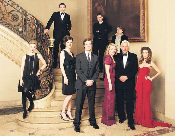 Asianajaja Nick George (Peter Krause, edessä keskellä) päätyy ökyrikkaan perheen juoksupojaksi.