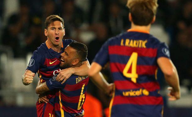 Lionel Messi sai onnitteluja joukkuekavereilta maalistaan.