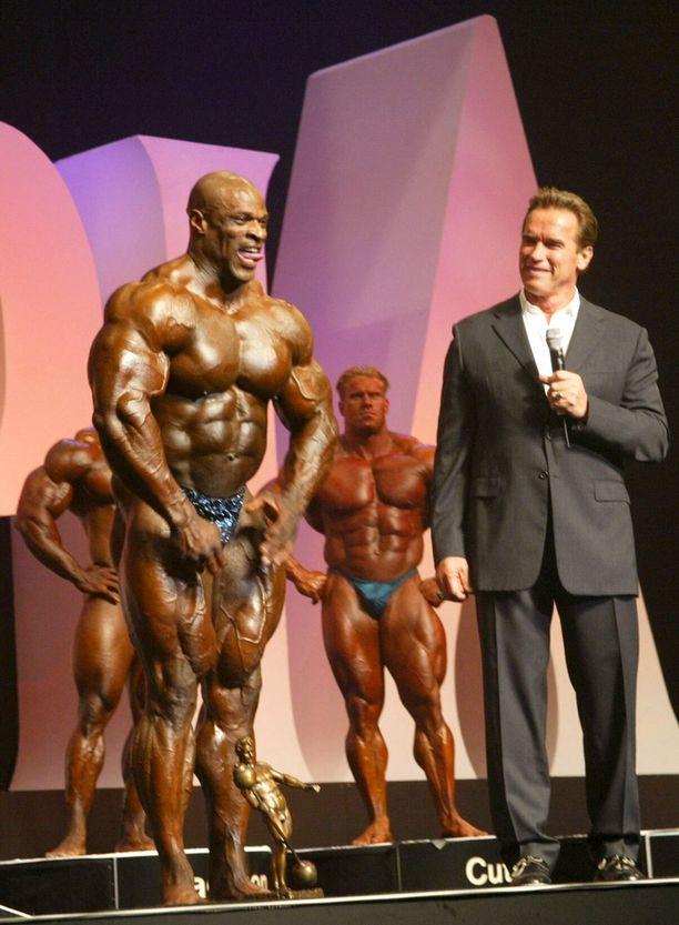 Arnold Schwarzenegger, seitsenkertainen Mr. Olympia itsekin, ihailee Ronnie Colemanin fysiikkaa vuonna 2004, kun tämä oli 135-kiloisena suurempi kuin kukaan toinen voittaja koskaan.
