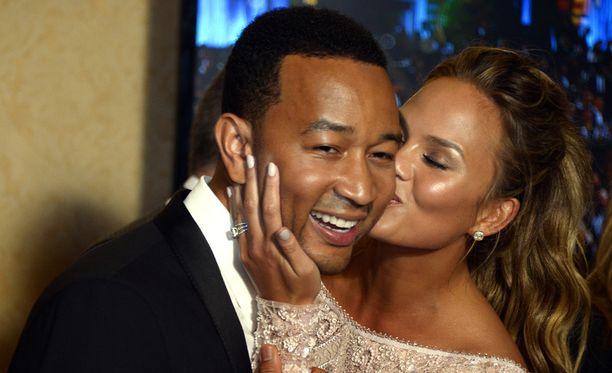 John Legend on omistanut hittikappaleensa All of Me vaimolleen, huippumalli Chrissy Teigenille.