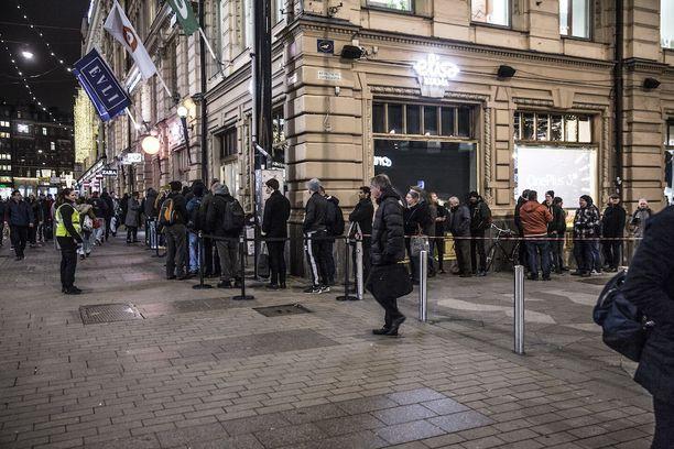 Kymmenet ihmiset jonottivat Oneplus 3T:n myynnin alkua Helsingissä marraskuussa. Myös nyt jonot ovat mahdollisia.