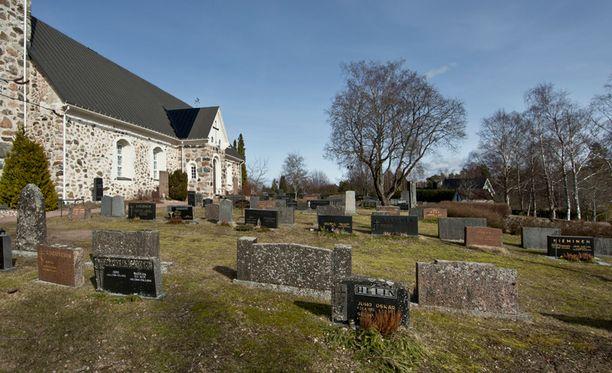 Jos papit saisivat valita, he säästäisivät ensimmäisenä hautausmaiden ylläpidosta. Kuvassa Mietoisten hautausmaa Mynämäessä.