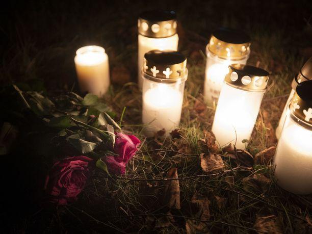 Helsingissä on tapahtunut kuluvana useampi henkirikos tai henkirikoksen yritys. Kynttilät paloivat Koskelan uhrin muistoksi löytöpaikalla.